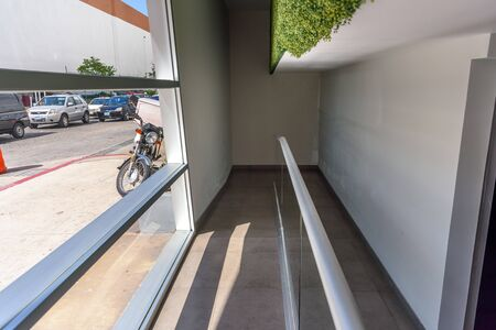 A spacious hotel hall with a flower bed Banque d'images - 128201467