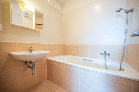 Bad und WC in einer Wohnung zu vermieten. Immobilienfoto. Standard-Bild