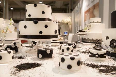 boda pastel: exposici?n muchos pasteles para la boda Foto de archivo