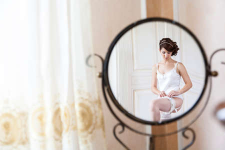 glare in the mirror of the spouse while it is dressed