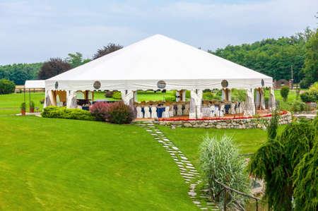 屋外の結婚式のテントで受付 報道画像