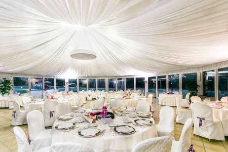 elhelyezkedés: esküvői fogadás asztalok