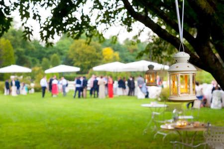 matrimonio feliz: boda al aire libre de invitados Foto de archivo