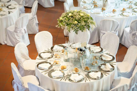 Mesas decoradas para una fiesta o recepción de boda Foto de archivo