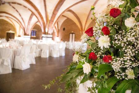 Tables décorées pour une fête ou une réception de mariage