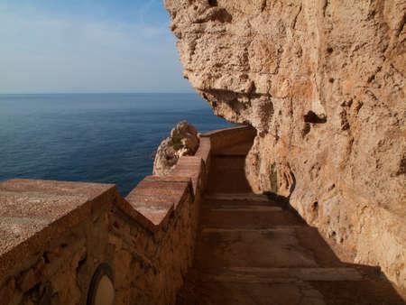 neptuno: Las escaleras de la cueva de Neptuno Gruta en Alghero, Cerdeña Italia