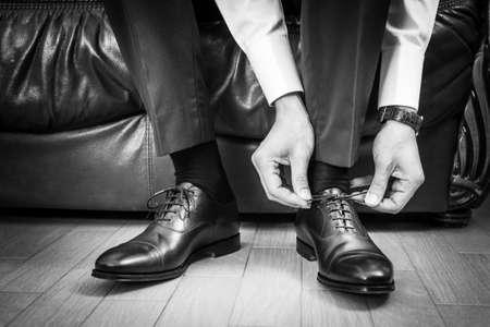Hombre de negocios cordones zapatos Foto de archivo