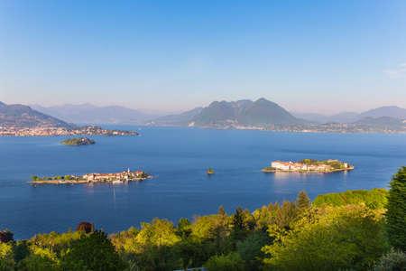 イタリア、ストレーザのマッジョーレ湖で湾岸ボロメオのある風景します。 写真素材