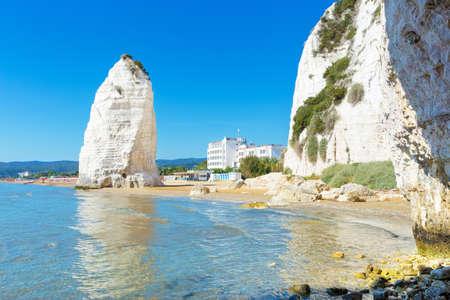 Vieste, Gargano 해안, Apulia, 남쪽의 이탈리아에서 Pizzomunno 바위의 해변