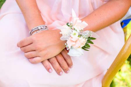 Schöne Brautjungfern Blume Armband Standard-Bild - 99333556