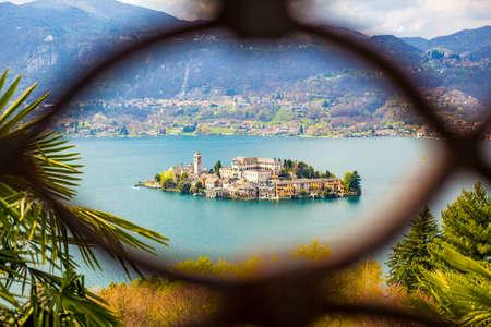 Vista romantica dell'isola di San Giulio sul Lago d'Orta, Piemonte, Italy