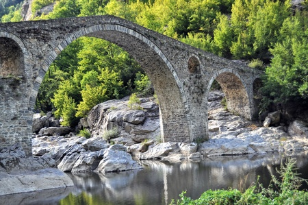 古代の橋の残骸の上は 16 世紀に建てられたアルダ川のアーチ橋。 写真素材