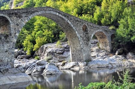 Puente del arco sobre el río Arda construido en el siglo 16 sobre los restos del puente antiguo. Foto de archivo
