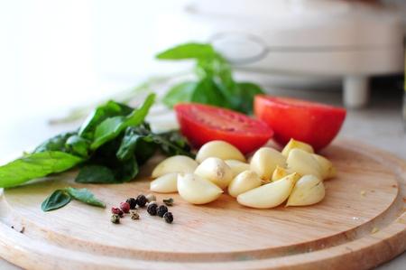 Ingrediënten - gehakte tomaten, knoflook, basilicum en peper