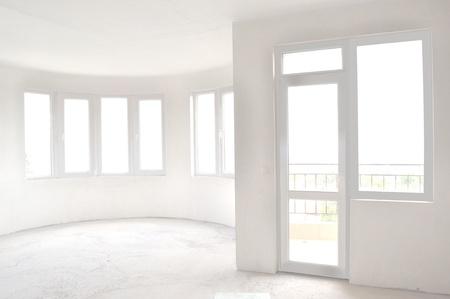 ventana abierta interior: Habitaci�n vac�a sin terminar en un edificio de nueva construcci�n
