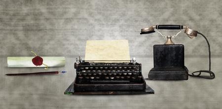 typewriter: Herramientas de comunicaci�n - Retro Dip pluma, m�quina de escribir y el tel�fono del vintage Foto de archivo