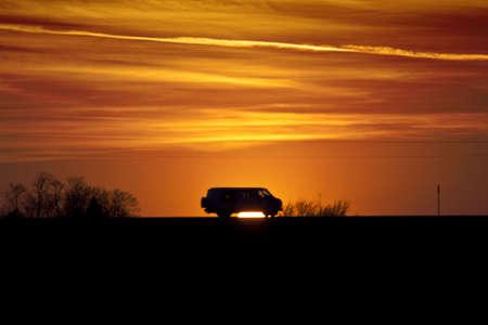 Van afgetekend tegen een zons ondergang Stockfoto