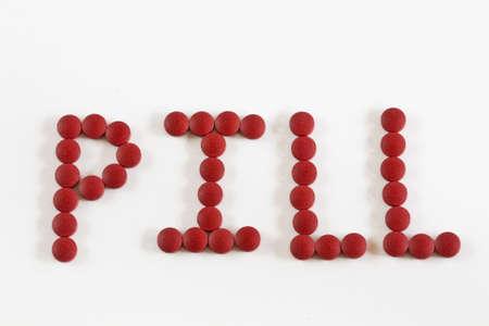 Heldere rode pillen leggen geïsoleerd op witte achtergrond spelling