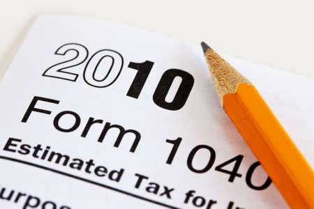 2010 1040 Belasting formulier zit op een witte achtergrond met een scherp pot lood