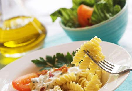 パスタの夕食とのサラダ