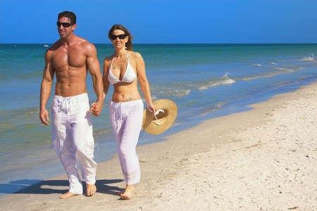 歩いてビーチで幸せなカップル