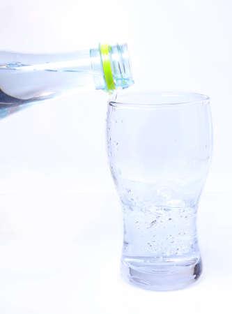 tomando agua: vaso de agua potable