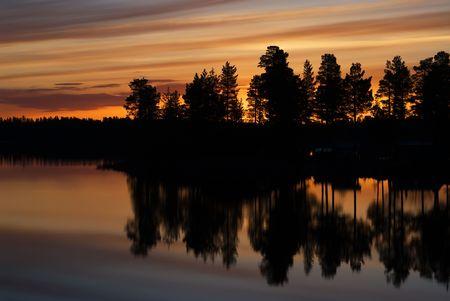 Sonnenuntergang in Schwedisch-Lappland, die in Wasser