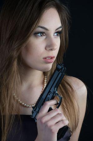 Sch�ne Frau mit Pistole Lizenzfreie Bilder