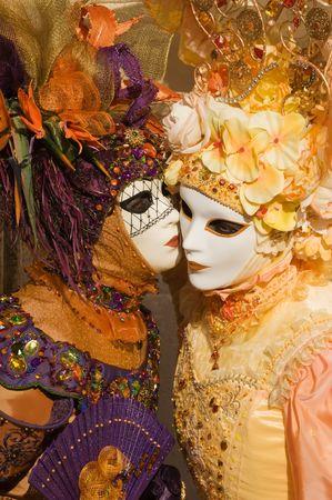 Karneval Frauen fl�stern im Verborgenen Lizenzfreie Bilder