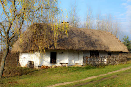 An old rural cottage with a thatched roof Imagens