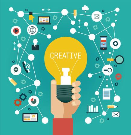 innovación: Concepto de red creativa. La mano del hombre con una bombilla rodeado de iconos de los medios