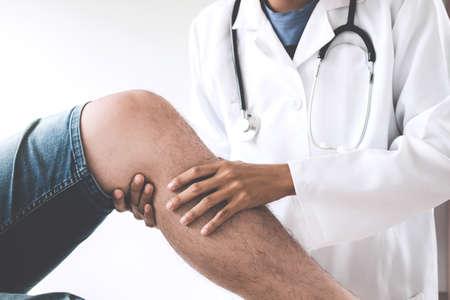 Médecin vérifiant le patient avec les genoux pour déterminer la cause de la maladie.