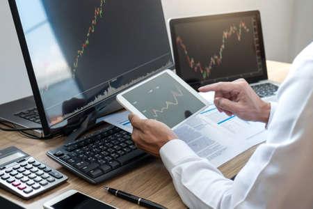 Börsenkonzept, Börsenmakler, der die Grafik betrachtet, die mit dem Bildschirm arbeitet und analysiert, auf die präsentierten Daten zeigt und an einer Börse handelt, Geschäftsmann, der Aktien online handelt.