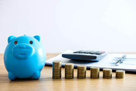 Économisez de l'argent pour l'avenir, des piles de pièces pour intensifier la croissance de votre entreprise afin de générer des bénéfices et d'économiser avec une tirelire, des documents et une calculatrice. Banque d'images