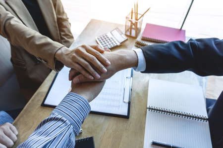 Finishing up a meeting, handshake of two happy business team after contract agreement to become a partner, collaborative teamwork. Banque d'images