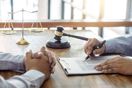 Law, lawyer attorney and justice concept, Consultation between a male lawyer and client, giving advice and prosecutions about the regarding real estate, report of the important case in the workplace. Banque d'images - 115392969