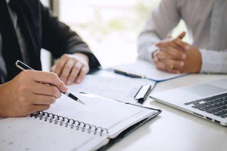 El empleador que llega para una entrevista de trabajo, el empresario escucha las respuestas del candidato explicando su perfil y el trabajo de ensueño del coloquio, el gerente sentado en la entrevista de trabajo hablando en la oficina.