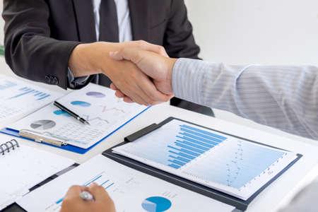 Beenden eines Gesprächs nach der Zusammenarbeit, Handschlag von zwei Geschäftsleuten nach Vertragsabschluss, um Partner zu werden, kollaborative Teamarbeit.