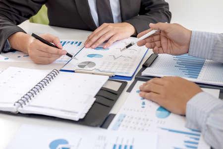 Gerente ejecutivo profesional, socio comercial que discute el plan de marketing de ideas y el proyecto de presentación de la inversión en la reunión y el análisis de los datos del documento, el concepto financiero y de inversión.