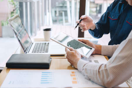 Un gruppo di colleghi lavora insieme in ufficio, conversazione business casual con progetto di presentazione partner alla riunione di lavoro e analisi, presentazione di idee e piano strategico di business.