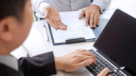 Employeur arrivant pour un entretien d'embauche, homme d'affaires écoute les réponses des candidats expliquant son profil et son travail de rêve au colloque, gestionnaire assis dans un entretien d'embauche parlant au bureau.