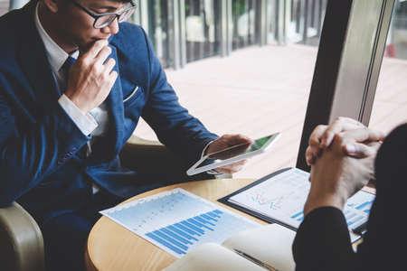 Zespół ludzi biznesu dyskutuje i analizuje na spotkaniu w celu planowania pracy nad projektem inwestycyjnym i strategii prezentacji biznesowej rozmowy z partnerem, koncepcją finansowo-księgową.