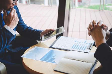Gerente ejecutivo profesional, socio comercial que discute el plan de marketing de ideas y el proyecto de presentación de la inversión en la reunión y el análisis de los datos del documento, el concepto financiero y de inversión. Foto de archivo