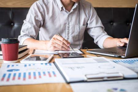 Ragioniere dell'uomo d'affari che lavora audit e calcolo della spesa finanziaria relazione finanziaria annuale dichiarazione di bilancio, facendo finanza prendendo appunti sul documento di controllo cartaceo.