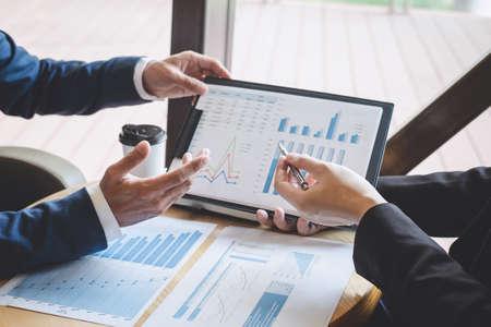Zakelijke mensen team bespreken en analyseren op vergadering tot planning investeringsproject werken en presentatie strategie van zakelijke gesprekken met partner, financieel en boekhoudkundig concept.