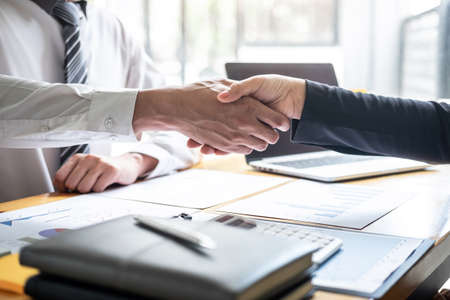 Fin d'une conversation après collaboration, poignée de main de deux hommes d'affaires après accord contractuel pour devenir partenaire, travail d'équipe collaboratif. Banque d'images