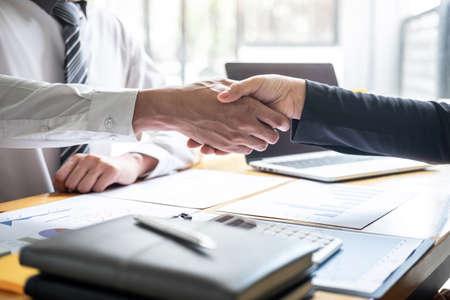 Terminar una conversación después de la colaboración, apretón de manos de dos empresarios después del acuerdo de contrato para convertirse en socio, trabajo en equipo colaborativo. Foto de archivo