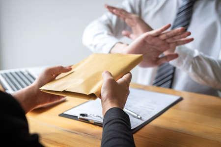 Anti-omkopings- en corruptieconcept, zakenman weigert en ontvangt geen geldbankbiljet in envelopaanbieding van zakenmensen om overeenkomstcontract van investeringsdeal te accepteren. Stockfoto
