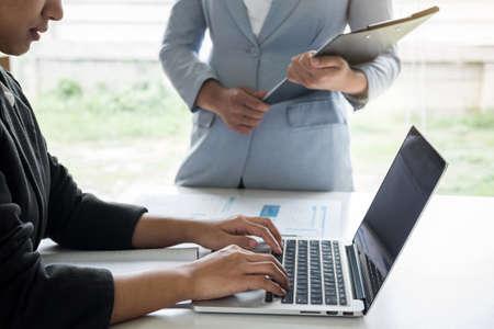 Conférence de l'équipe de chef de file des femmes d'affaires sur la présentation de la réunion pour planifier le travail du projet d'investissement et la stratégie de conversation commerciale avec le partenaire, le concept financier et comptable. Banque d'images