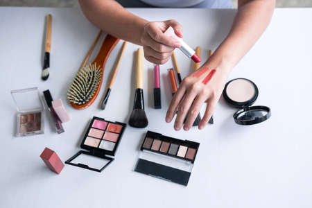 Elegant female Beauty blogger showing testing beauty cosmetic using product makeup tutorial cosmetics and sale product. Foto de archivo - 128563676
